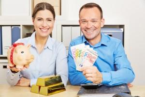 Paar mit Geld und Gold als Sicherheit